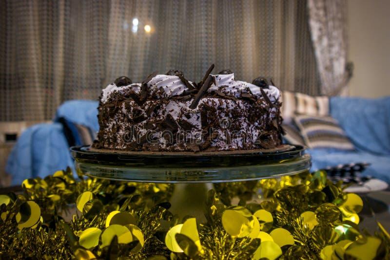 Um bolo de aniversário delicioso do chocolate imagem de stock