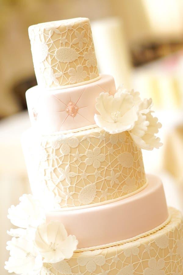 Um bolo de casamento fotos de stock royalty free