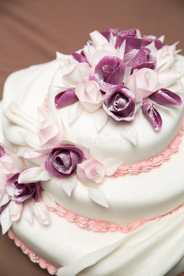 Um bolo de casamento bonito com rosas imagem de stock