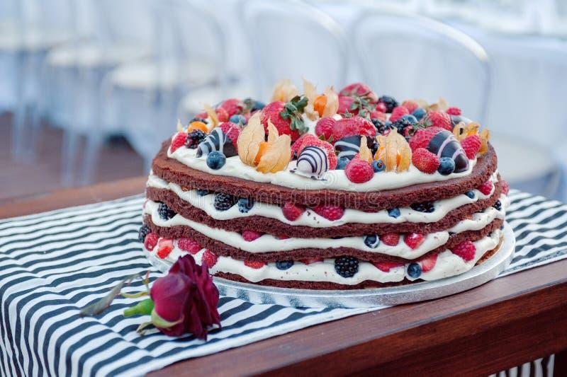 Um bolo de esponja delicioso da multi-camada com as bagas frescas fotos de stock