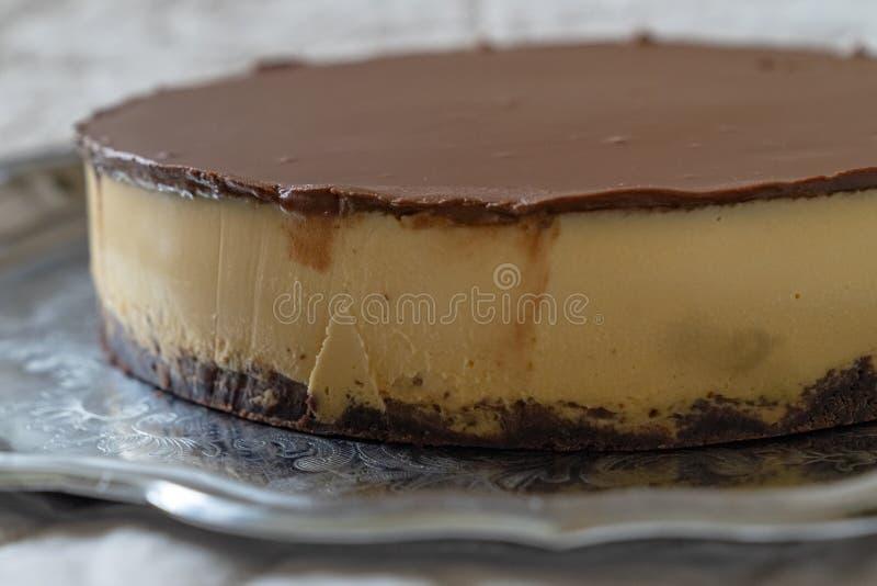 Um bolo de queijo maravilhoso com chocolate imagem de stock