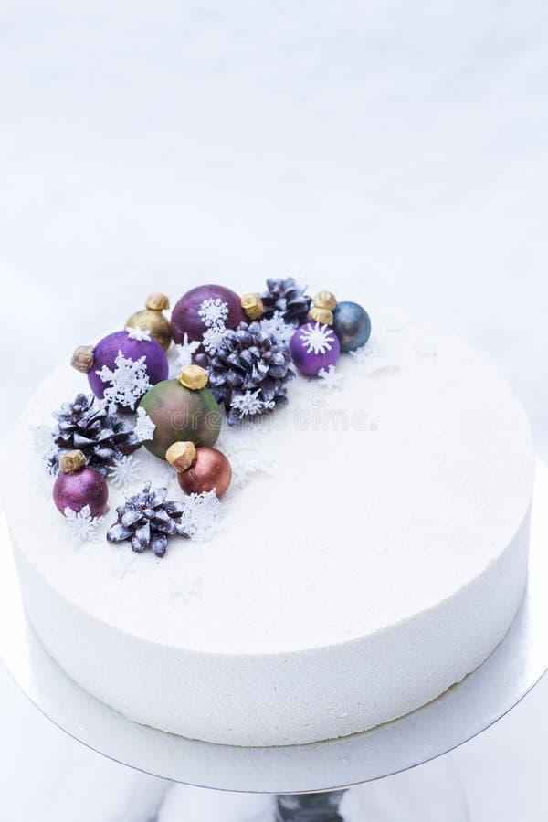 Um bolo por um feriado do Natal ou um ano novo imagens de stock royalty free