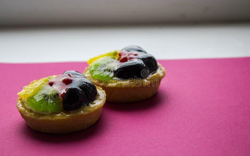 Um bolo saboroso com frutos frescos e bagas foto de stock royalty free
