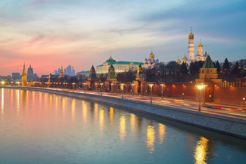Um bonde do rio esse navega ao longo das paredes do Kremlin de Moscou em uma noite do inverno no por do sol foto de stock royalty free