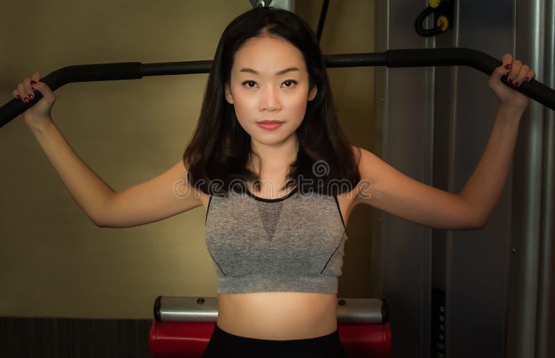 Um bonito asiático está fazendo o exercício foto de stock royalty free