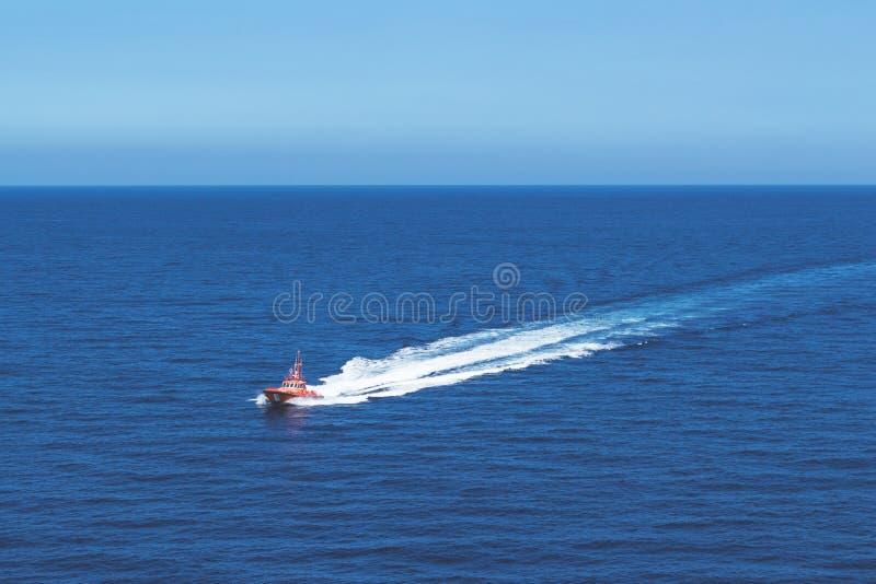 Um bote de salvamento do mar que patrulha perto da ilha de Palma no mar Mediterrâneo foto de stock