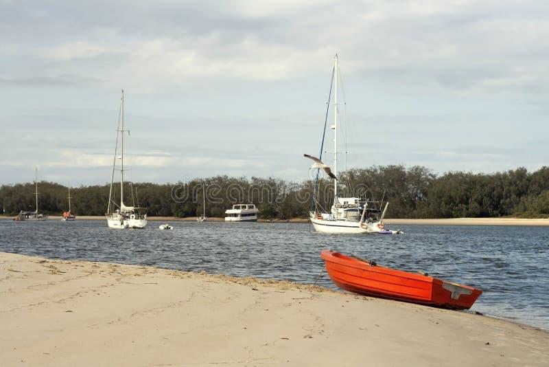 Um bote vermelho encalhado fotos de stock