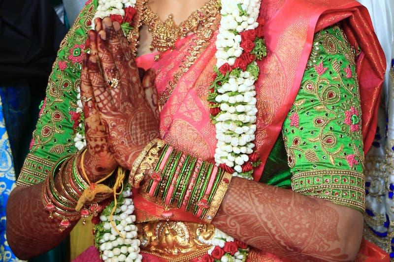 UM BRIDE INDIANO TRADICIONAL QUE DOBRA AS MÃOS foto de stock royalty free