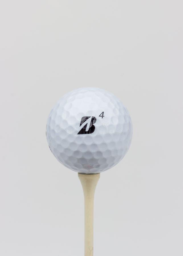 Um brilhante, retrato da alto-chave de um Golfball macio de Bridgestone E6 em um T imagens de stock