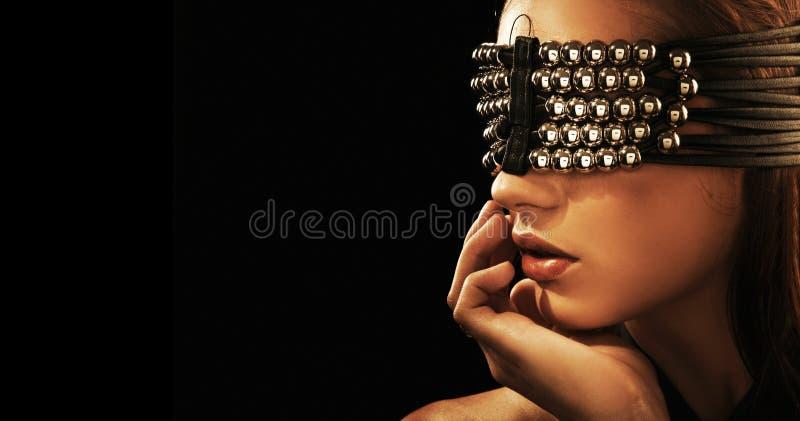Um brunette atrativo com olhos fechados foto de stock
