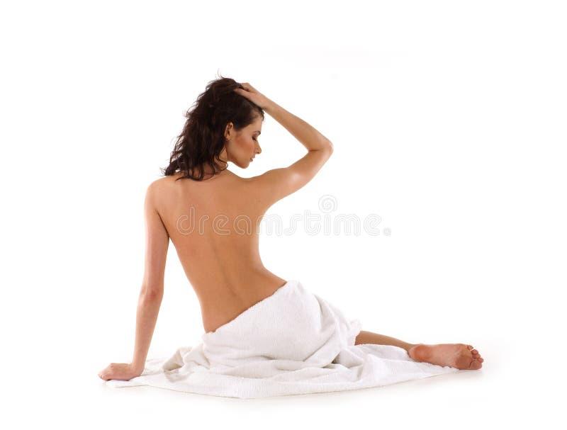 Um brunette novo e 'sexy' coberto com a toalha fotografia de stock