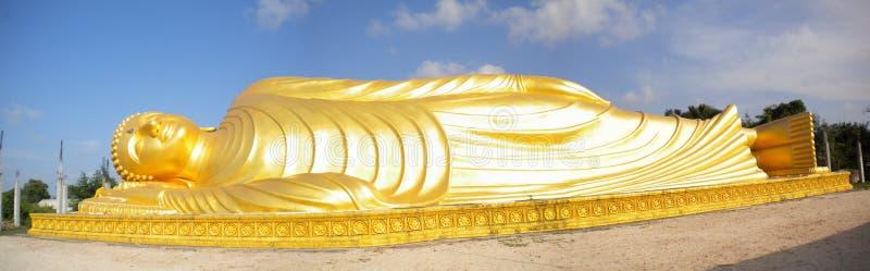 Um buddha de reclinação imagem de stock