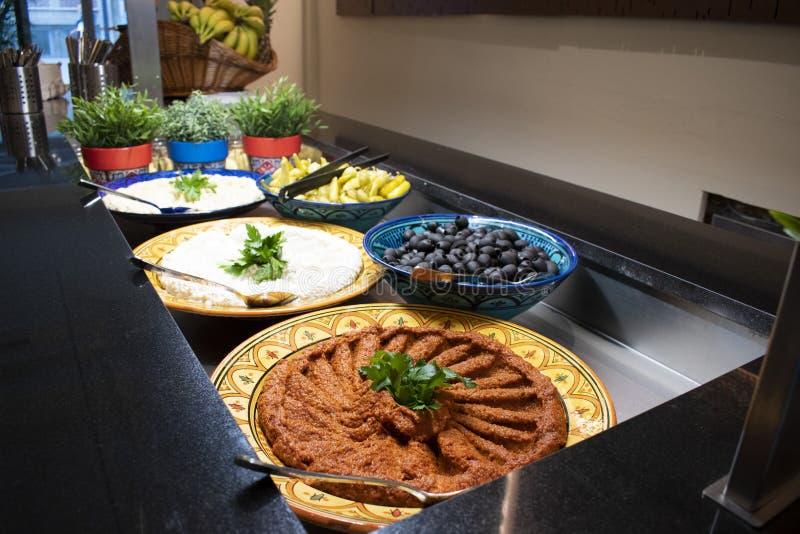 Um bufete árabe com alimento oriental na ramadã foto de stock