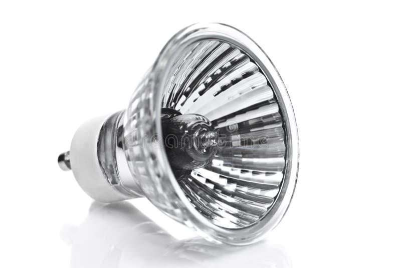 Um bulbo de halogênio/lâmpada em um branco fotografia de stock
