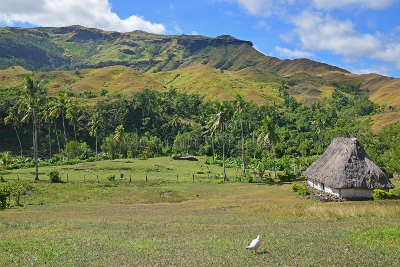 Um bure do Fijian à direita que negligencia o vale de Navala, uma vila nas montanhas dos vagabundos de Viti central do norte Levu fotografia de stock