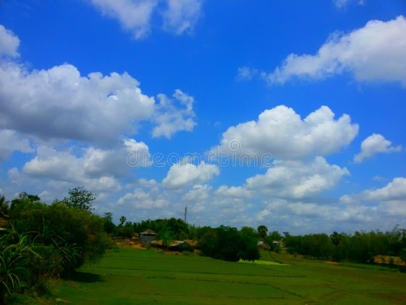 Um céu azul bonito em uma vila foto de stock
