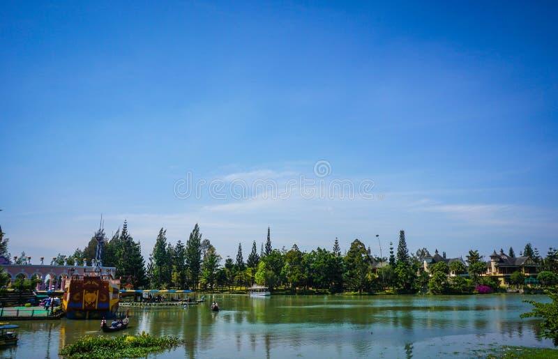 Um céu azul claro com água verde do lago e floresta como o fundo em Indonésia foto de stock royalty free