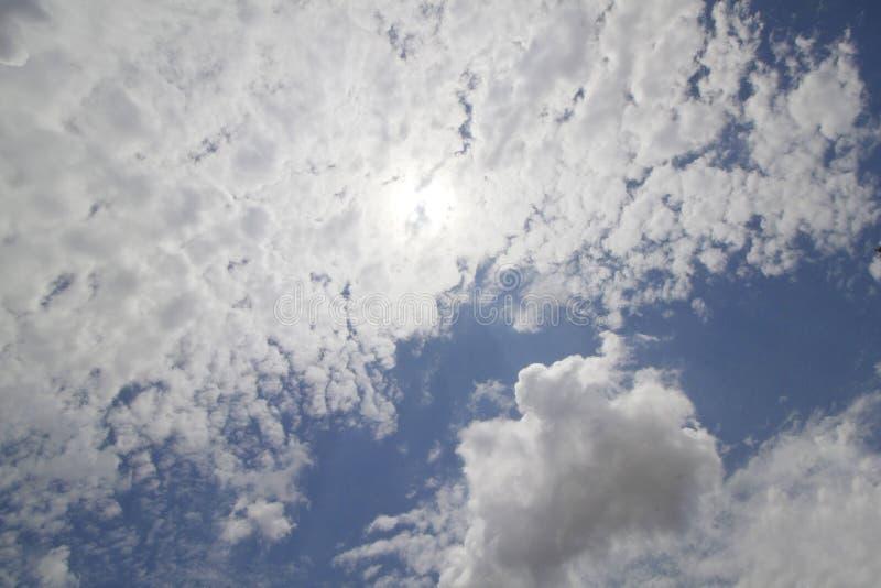 Um céu azul com nuvens macias foto de stock royalty free