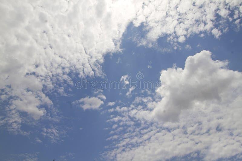 Um céu azul com nuvens macias fotografia de stock