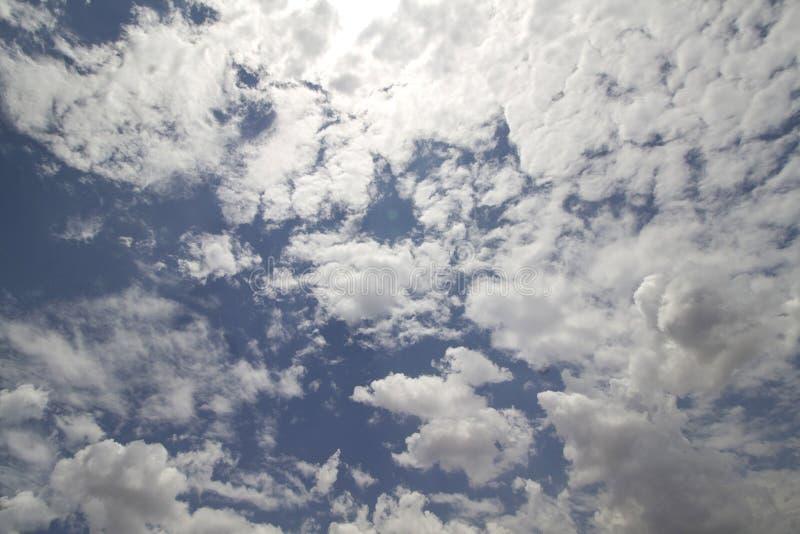 Um céu azul com nuvens macias fotos de stock