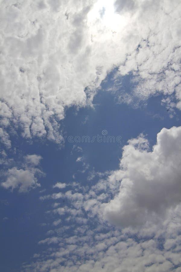 Um céu azul com nuvens macias foto de stock
