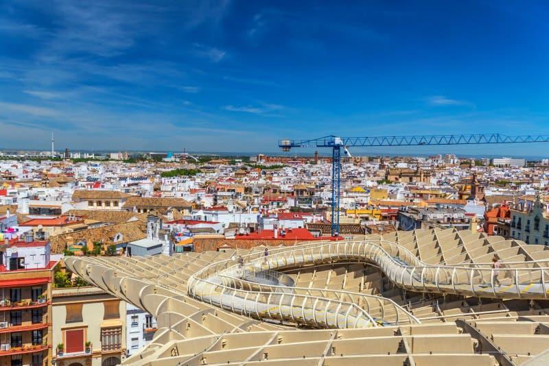 Um céu azul maravilhoso sobre Sevilha, uma passagem no telhado do parasol de Metropol e de uma arquitetura da cidade pitoresca imagens de stock