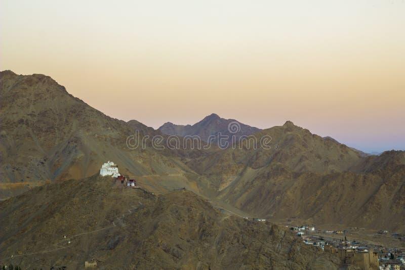 Um céu bonito da noite sobre as montanhas e o monastério tibetano foto de stock