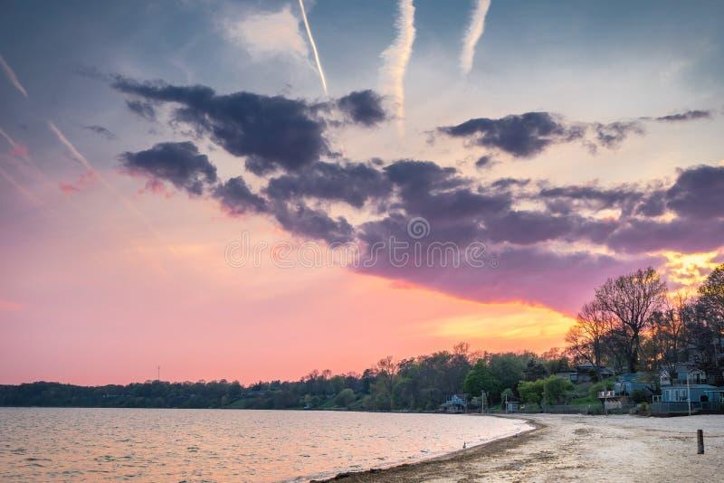 Um céu colorido do por do sol sobre uma linha costeira foto de stock