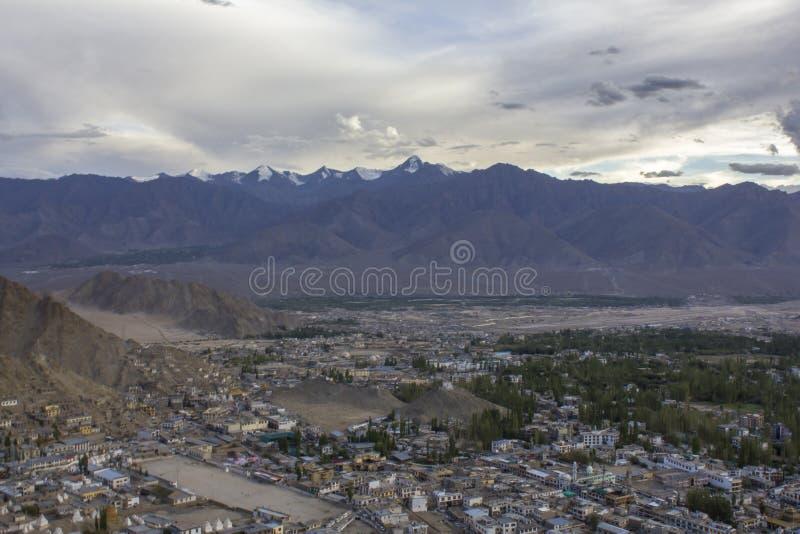 Um céu de nivelamento sobre a cidade em um vale da montanha dos Himalayas foto de stock