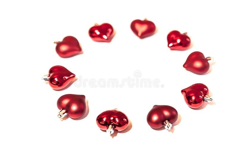Um círculo de brinquedos vermelhos do Natal na forma de um coração fotografia de stock royalty free