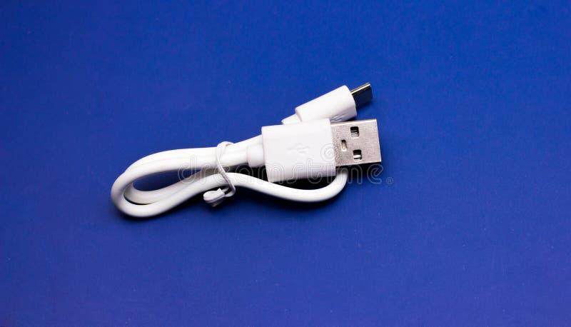 Um cabo branco de USB contra fotos de stock royalty free
