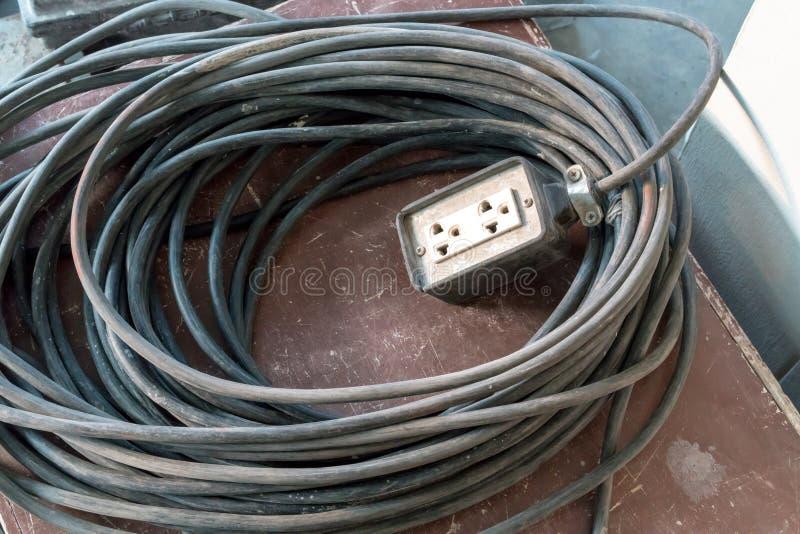 Um cabo de alimentação branco da extensão com um cabo muito longo para o construc foto de stock royalty free