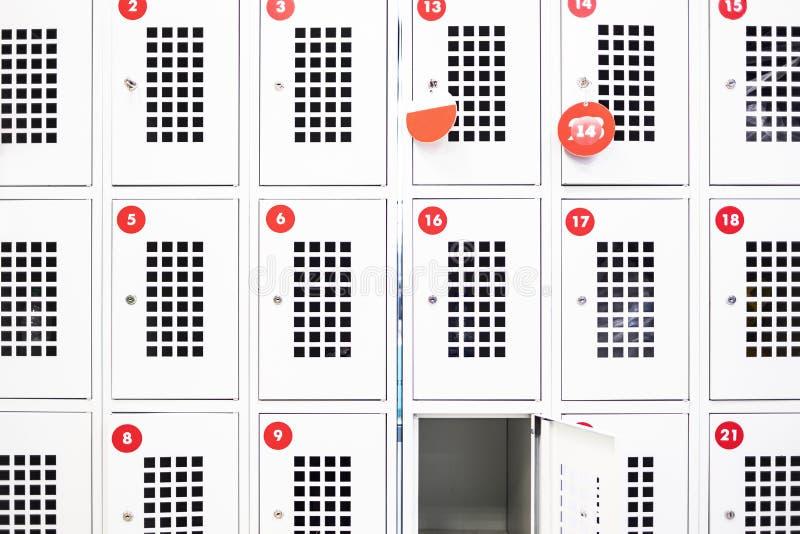Um cacifo está aberto no supermercado Cacifos de armazenamento com salas foto de stock royalty free