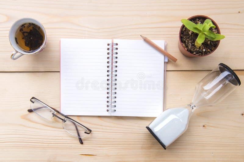 Um caderno colocado em uma tabela de madeira imagens de stock royalty free