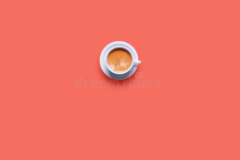 Um café branco fresco do copo do objeto com cor do leite imagem de stock royalty free