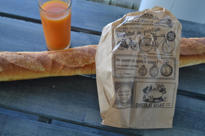 Um café da manhã rústico do francês imagem de stock