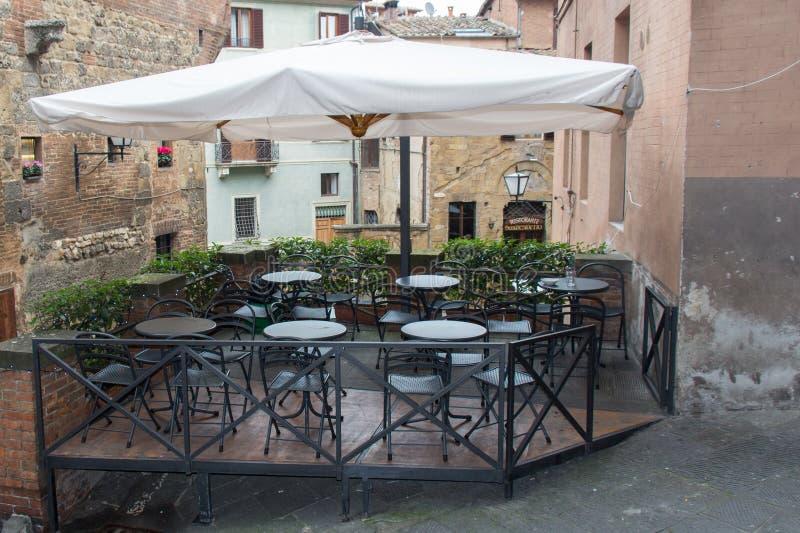 Um café do ar livre em Siena, Toscânia, Itália imagem de stock