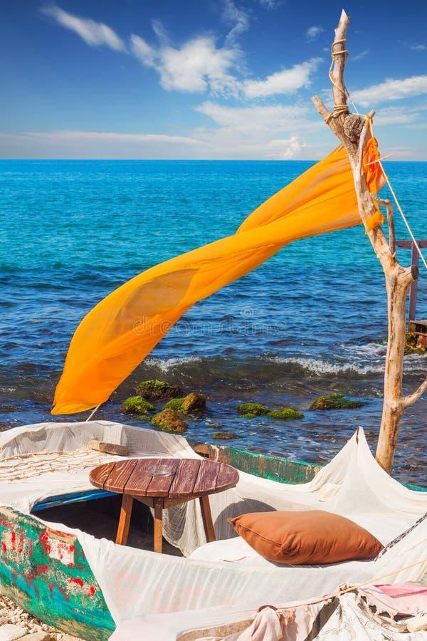 Um café do beira-mar perto da cidade de Zakynthos imagem de stock