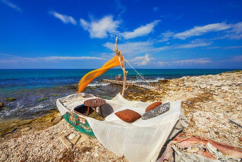 Um café do beira-mar perto da cidade de Zakynthos imagens de stock royalty free