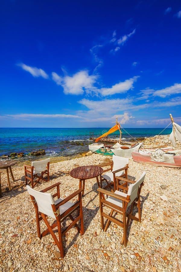 Um café do beira-mar perto da cidade de Zakynthos imagens de stock