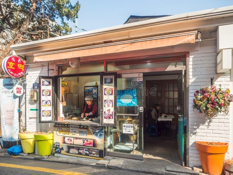 Um café e um restaurante da rua em torno da cidade de Seoul, Coreia imagem de stock royalty free