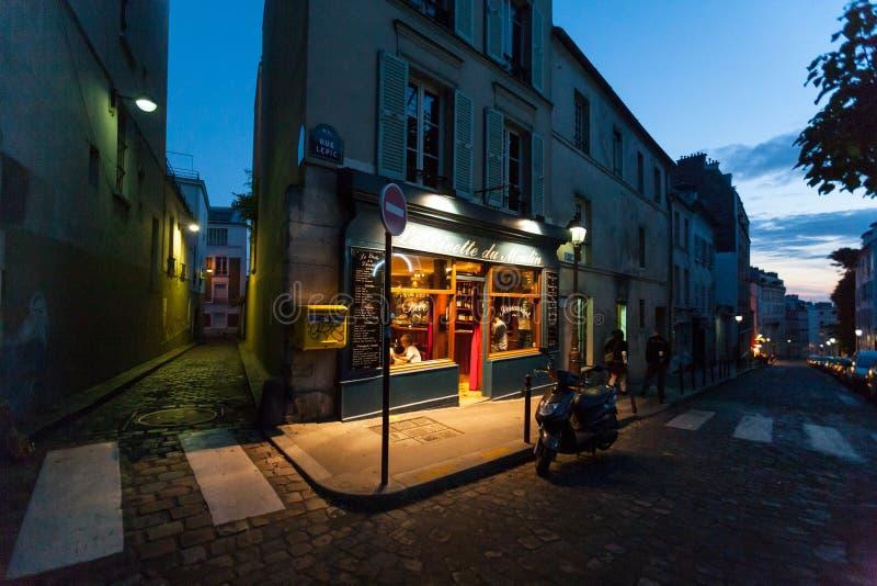 Um café parisiense clássico na noite fotos de stock royalty free