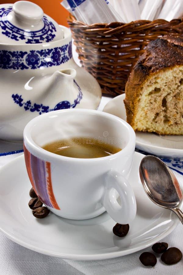 Um café quente para o pequeno almoço italiano imagens de stock