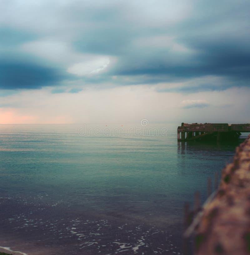 Um cais abandonado no mar Tuscan no outono no por do sol com efeito longo da exposição com fotografia do filme da corrediça - 1 fotografia de stock royalty free