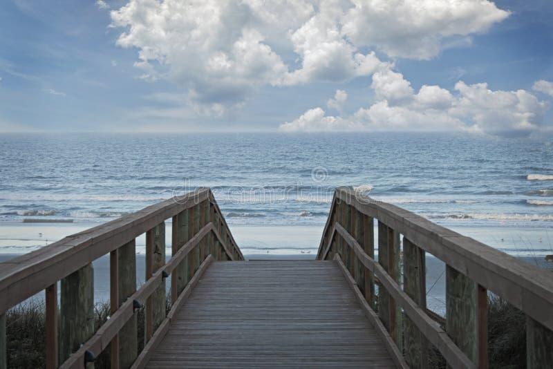 Download Um Cais De Madeira Que Conduz Ao Oceano Com As Nuvens Macias Brancas Foto de Stock - Imagem de branco, macio: 65576302