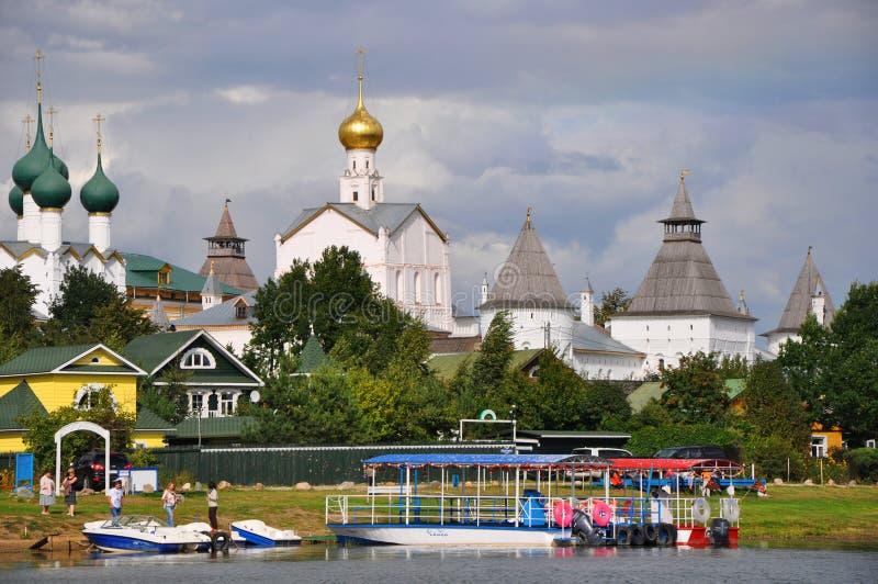 Um cais no lago Nero e Kremlin em Rostov o grande foto de stock
