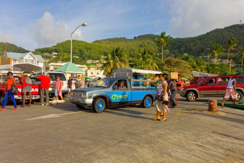 Um cais ocupado da balsa nas Caraíbas fotografia de stock