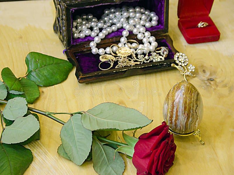 Um caixão com omaments um ovo da páscoa e um anel fotografia de stock