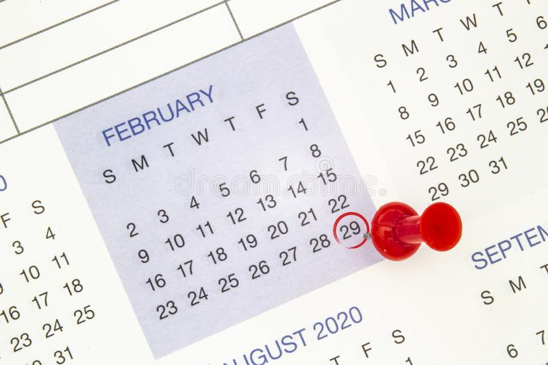 Um calendário no dia 29 de fevereiro num ano bissexto, dia bissexto fotos de stock