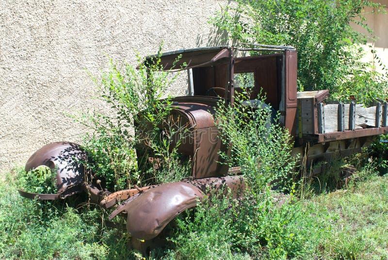 Um caminhão abandonado imagem de stock royalty free